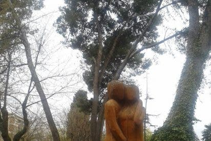A la escultura tallada en un tronco de San Roque, en Guadalajara