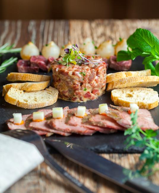 Los cortes de carnes ibericas de la Dehesa llegan a los restaurantes Cinco Jotas de Madrid