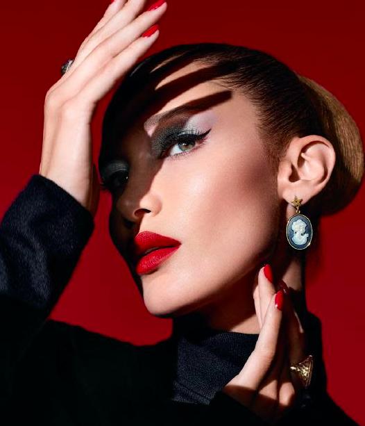 Dior desvela la faceta 'más traviesa' de Bella Hadid con los looks de Halloween
