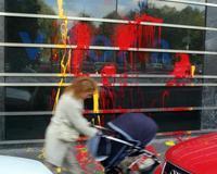 Arrojan pintura roja y amarilla contra la sede de EiTB en Vitoria
