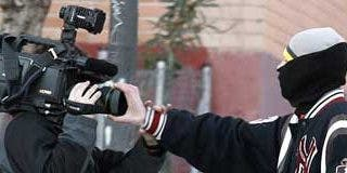 Periodistas y fuerzas del orden son atacados a pedradas