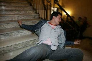 Se gana la vida tirándose por las escaleras