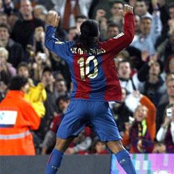 Ronaldinho da una lección al Racing y aprovecha para que el Barça se distancie