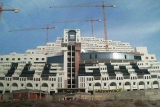 Activistas de Greenpeace pintan la fachada del hotel Algarrobico