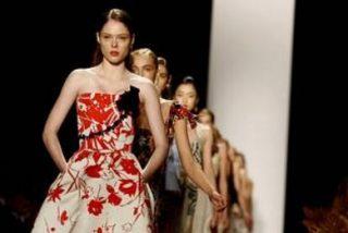 Los blancos y las flores de Carolina Herrera iluminan Nueva York