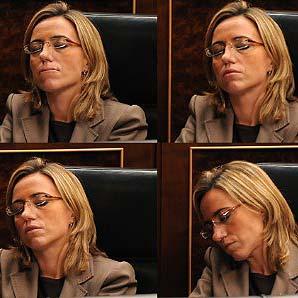 La ministra de Defensa se duerme en su escaño del Congreso