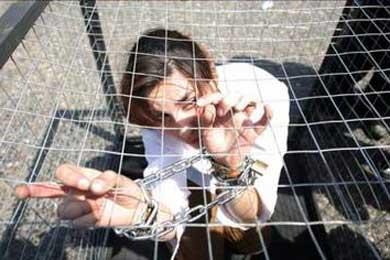 Activista chilena se enjaula para protestar por el abuso a los animales de los circos