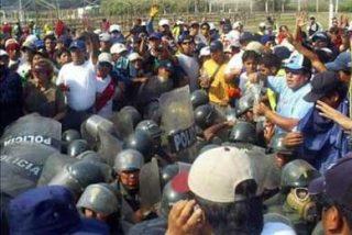 Manifestantes peruanos retienen a unos siete policías en protestas que dejan decenas heridos