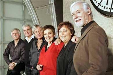 El presidente ecuatoriano condecora al grupo musical español El Consorcio