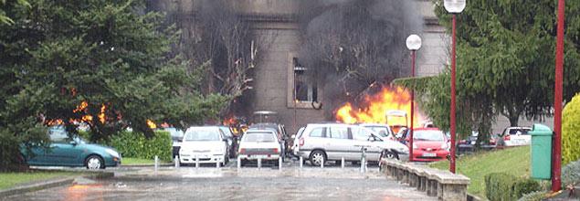 Los terroristas de ETA explosionan un coche-bomba en la Universidad de Navarra