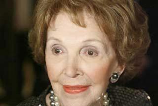 Nancy Reagan ingresada en el hospital tras romperse la pelvis