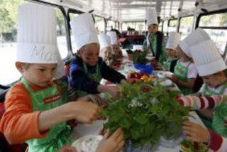 Niños imitan la alimentación de los padres desde temprana edad