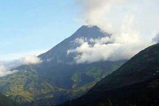45 explosiones en el volcán Tungurahua y una columna de ceniza de 4 kilómetros