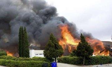 Un avión militar se estrella contra una zona residencial en California