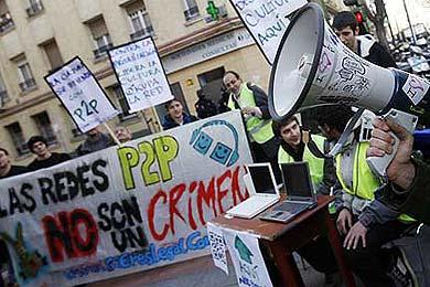 Los internautas se manifiestan a favor del P2P frente a la sede del PSOE
