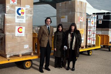 Carlos Clemente despide el avión con ayuda humanitaria destinada a Bolivia