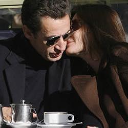 Carla Bruni continúa viviendo en su casa de París tras boda con Sarko
