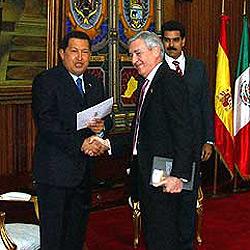 """Chávez saluda con un """"bienvenido a su casa"""" al embajador de España"""
