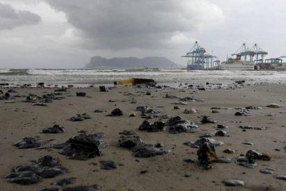 La costa de Algeciras sufre un vertido de hidrocarburos del buque New Flame
