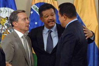 "Álvaro Uribe, Rafael Correa y Hugo Chávez ""firman"" la paz"