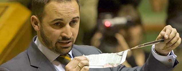Abascal rompe la papeleta de la consulta ilegal en el Parlamento vasco