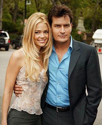 Charlie Sheen se compromete con su novia, una actriz