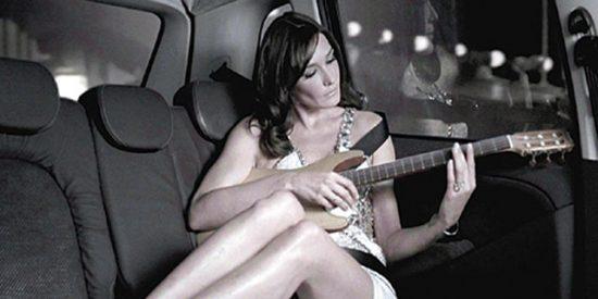 Carla Bruni canta «Tu eres mi droga» en directo en la BBC