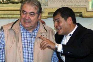 El presidente Correa condecora al cantautor argentino Alberto Cortés