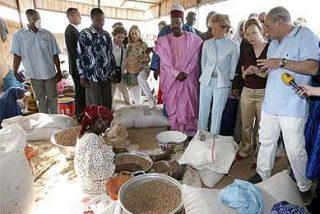 De la Vega posa con un empresario polígamo de Níger y sus tres mujeres