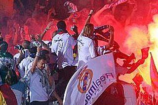 El Real Madrid saca su casta y Raúl corona a la Cibeles