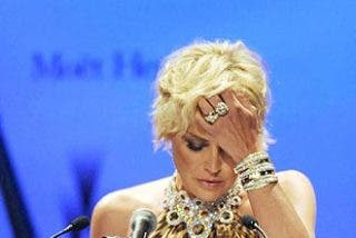 Sharon Stone agacha la cabeza