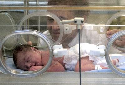 Interactuar con los bebés prematuros favorece su bienestar y mejora el desarrollo neurológico