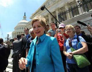Clinton regresa al Senado y pide apoyo a Obama