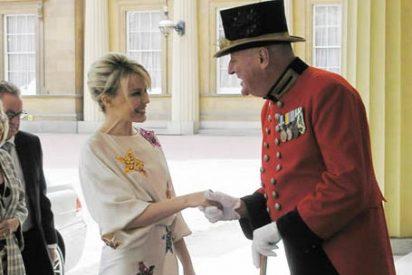 Kylie Minogue recibe la Orden del Imperio Británico