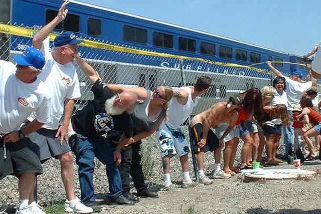 Y se juntaron más de 8.000 para enseñarle el culo al tren