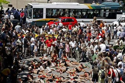 Protestan en cueros vivos contra los toros de San Fermín