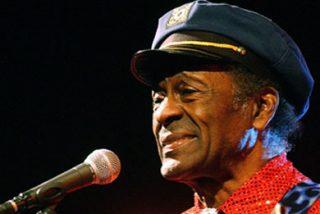 Chuck Berry toma el dinero y corre
