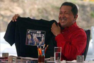 """Chávez muestra la camiseta que le regaló el Rey con el """"¿Por qué no te callas?"""""""