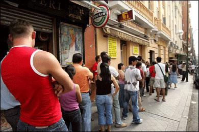 Empleos para inmigrantes en España: gestor de apuestas y cobrador del frac