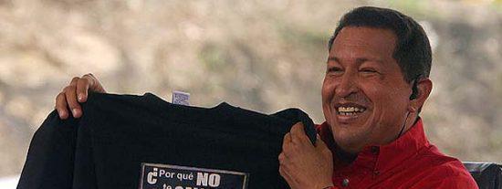 """Chávez enseña en televisión la camiseta con el """"¿por qué no te callas?"""" que le regaló el Rey"""