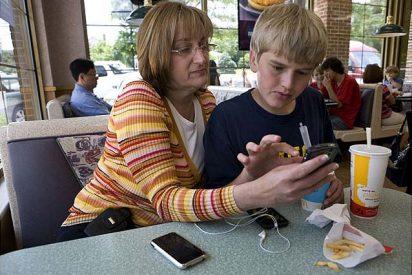 Familia que usa el smartphone unida, permanece unida