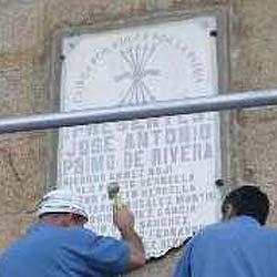 """Las placas de etarras siguen, pero retiran una dedicada a los """"Caidos por Dios y por España"""""""