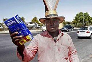 Un inmigrante encuentra una cartera con 2.700 euros y se la devuelve a su dueño
