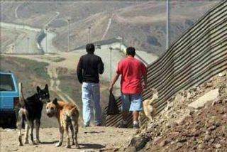 Muro en la frontera mexicana encarece y arriesga paso de indocumentados a EE.UU.