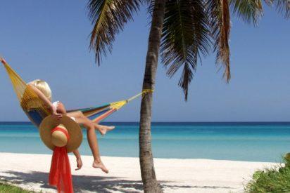Amigos, playa y siesta son las prioridades de los españoles en verano