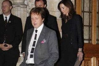 Paul McCartney presenta a su nueva novia
