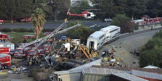 Dos trenes colisionan frontalmente en Los Ángeles