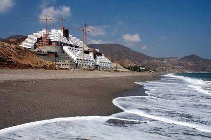 El juez acusa a la Junta de Andalucía de prevaricar con el Hotel el Algarrobico