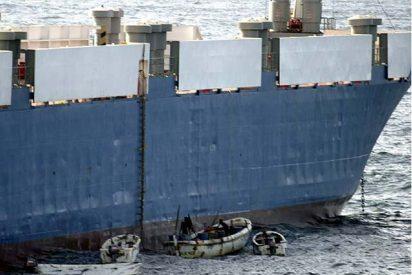 Buques de guerra rodean el carguero con armamento secuestrado por piratas en el Índico