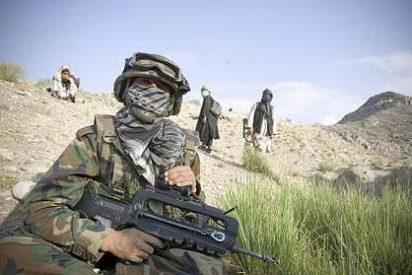 """La """"abyectas"""" fotos del talibán con el uniforme de un francés asesinado"""